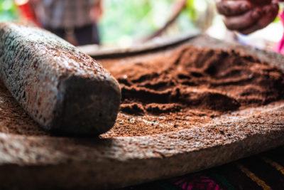 Moudre les fèves de cacao