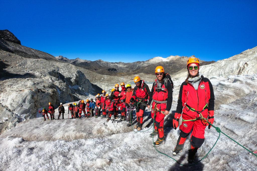 Groupe encordé sur un glacier