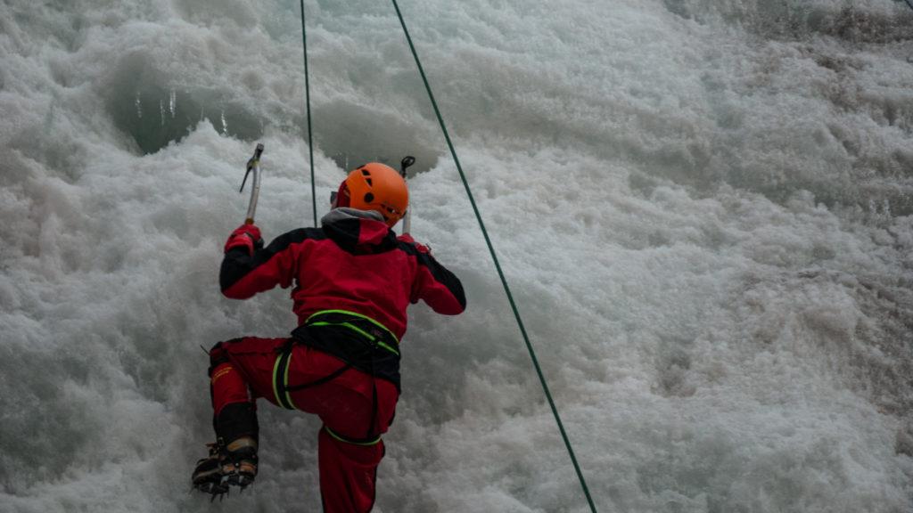 Eleonore monte le mur de glace aux piolets