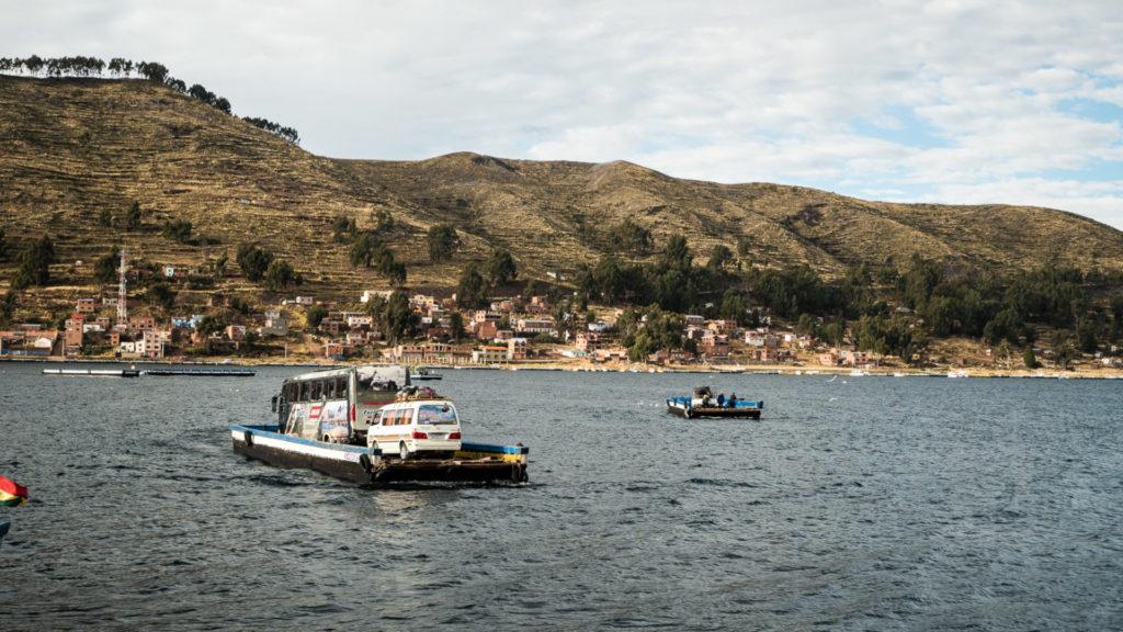 Bus sur le bateau dans la rivière